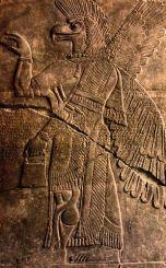 cabeza de serpiente y pajaro, sujeta lo mismo que en la próxima imagen de Hermes (sugiero que se trata de EL pero no he encontrado la fuente de la imagen).